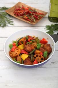 彩り野菜と白身魚のフライのソテーの写真素材 [FYI03830232]