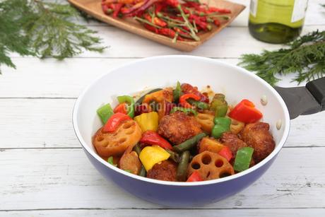 彩り野菜と白身魚のフライのソテーの写真素材 [FYI03830233]