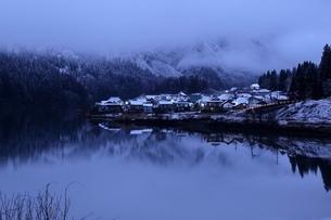 夜明け前の大志集落の写真素材 [FYI03830284]