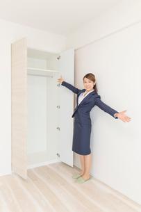 マンションの紹介をする不動産屋の女性の写真素材 [FYI03830512]