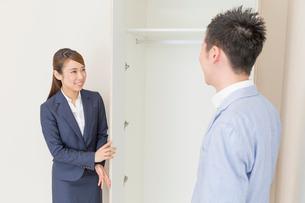 マンションの見学をする男性と不動産屋の女性の写真素材 [FYI03830514]