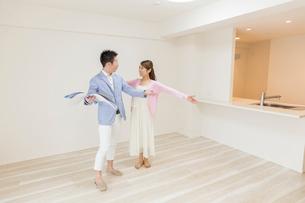 マンションの見学をするカップルの写真素材 [FYI03830548]