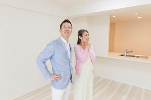 マンションの見学をするカップルの写真素材 [FYI03830551]