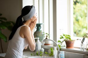 洗顔する女性の写真素材 [FYI03830661]