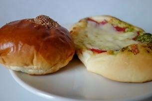 皿の上のアンパンとチーズパンの写真素材 [FYI03830700]