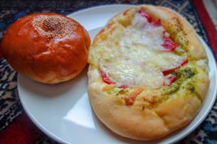 皿の上のアンパンとチーズパンの写真素材 [FYI03830701]