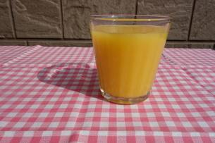 テーブルの上のオレンジジュースの写真素材 [FYI03830717]