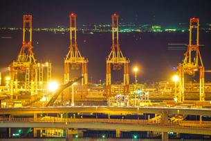 横浜港の夜景と首都高速湾岸線の写真素材 [FYI03830732]