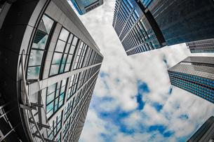 東京都港区・汐留のオフィスビル群と青空の写真素材 [FYI03830896]