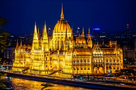 ハンガリー国会議事堂(ブダペスト・漁夫の砦から)の写真素材 [FYI03830962]