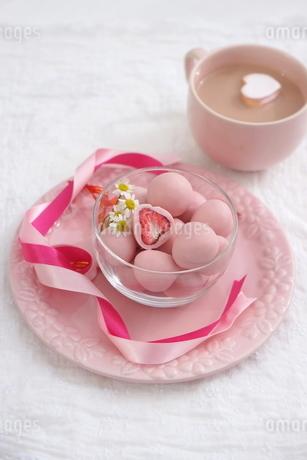 バレンタイン~フリーズドライのイチゴチョコの写真素材 [FYI03831048]