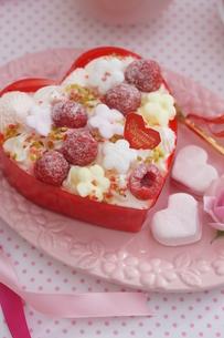 バレンタイン~お花畑のケーキの写真素材 [FYI03831050]
