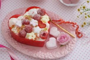バレンタイン~お花畑のケーキの写真素材 [FYI03831051]