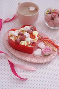 バレンタイン~お花畑のケーキの写真素材 [FYI03831052]
