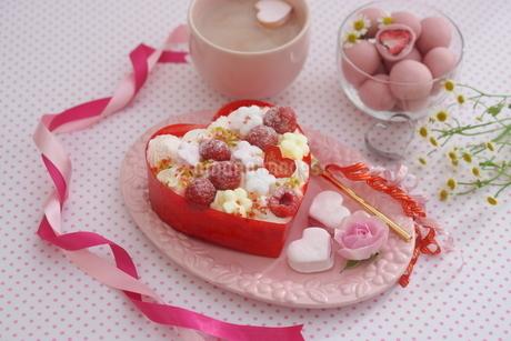 バレンタイン~お花畑のケーキの写真素材 [FYI03831053]