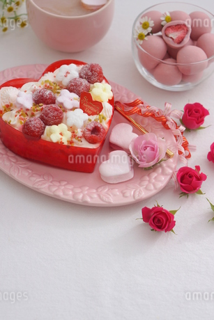 バレンタイン~お花畑のケーキの写真素材 [FYI03831054]