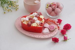 バレンタイン~お花畑のケーキの写真素材 [FYI03831055]