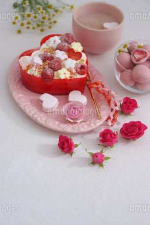 バレンタイン~お花畑のケーキの写真素材 [FYI03831056]