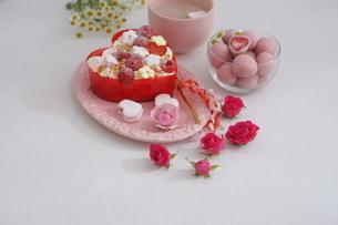 バレンタイン~お花畑のケーキの写真素材 [FYI03831057]
