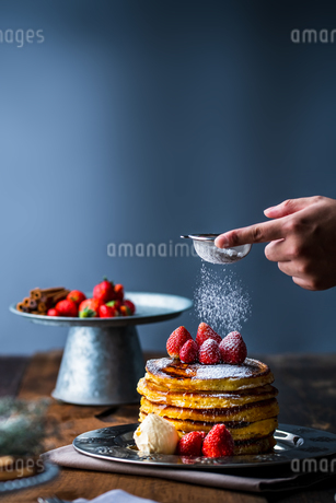 Strawberry pancakes with maple syrup.Sprinkle with powdered sugar on top.の写真素材 [FYI03831061]