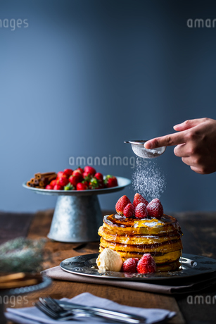Strawberry pancakes with maple syrup.Sprinkle with powdered sugar on top.の写真素材 [FYI03831063]
