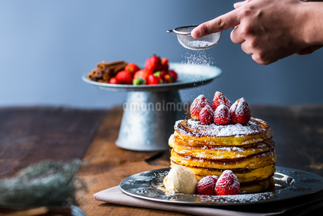 Strawberry pancakes with maple syrup.Sprinkle with powdered sugar on top.の写真素材 [FYI03831064]
