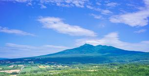 北海道 自然 風景 パノラマ 田園風景と斜里岳遠望の写真素材 [FYI03831148]