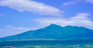 北海道 自然 風景 パノラマ 田園風景と斜里岳遠望の写真素材 [FYI03831152]