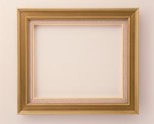 1個の洋風の額縁(金色)の写真素材 [FYI03831362]