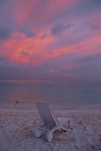 オレンジ色の空と海岸のデッキチェア モルディブの写真素材 [FYI03831373]