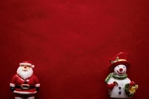 サンタクロースとスノーマンの人形(赤)の写真素材 [FYI03831379]