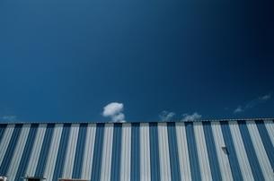 青と白のストライプの建物 キーウエスト フロリダの写真素材 [FYI03831381]