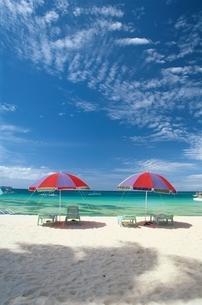 海辺の2つのパラソルとデッキチェア ボラカイ フィリピンの写真素材 [FYI03831383]