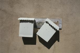 壁の2個の郵便受け サンタフェ ニューメキシコ アメリカの写真素材 [FYI03831384]