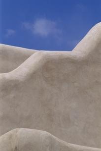 壁の上の青空 サンタフェ ニューメキシコ アメリカの写真素材 [FYI03831385]