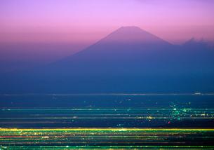 富士山夕景と街灯りの写真素材 [FYI03831510]