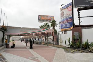 国境ゲートのメキシコ側の写真素材 [FYI03831540]