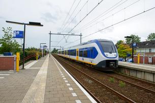 アムステルダム郊外を走る鉄道の写真素材 [FYI03831570]