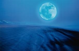 海に浮かぶ満月の写真素材 [FYI03831591]