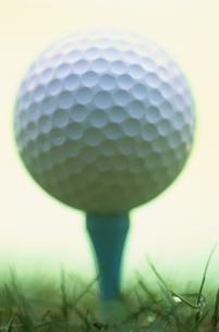 ゴルフティーに載せられたゴルフボールの写真素材 [FYI03831616]