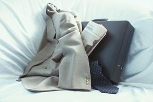 ソファーの上のビジネスケースとジャケットの写真素材 [FYI03831633]