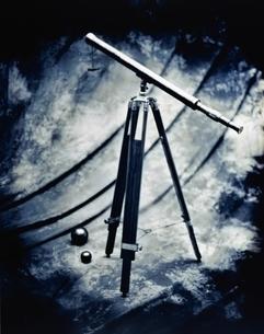 望遠鏡1台のレトロな写真(B&W)の写真素材 [FYI03831649]