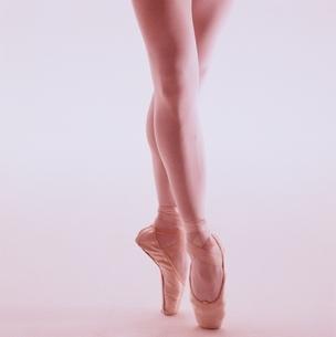 トゥーシューズでつま先立ちする女性の脚の写真素材 [FYI03831679]