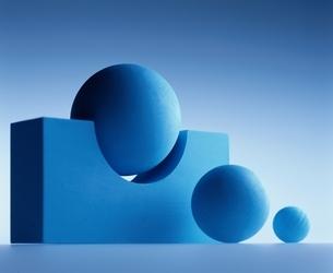 くぼみのある立方体と3個の球体(青)の写真素材 [FYI03831703]
