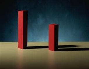 2個の長方形の立方体と影(赤)の写真素材 [FYI03831707]