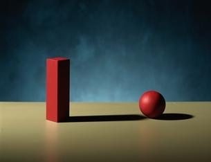 1個の長方形の立方体と1個の球体(赤)の写真素材 [FYI03831708]