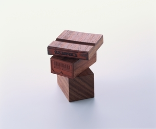 3個の積み重ねられた木製のはんこの写真素材 [FYI03831714]