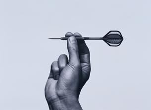 ダーツの矢を持つ手 BWの写真素材 [FYI03831728]