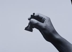 チェスの駒を持つ手 BWの写真素材 [FYI03831736]