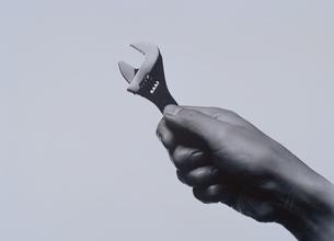 スパナーを持つ手 BWの写真素材 [FYI03831738]